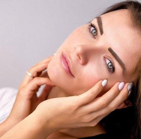 Baffetti delle donne scegliere l'epilazione o la decolorazione