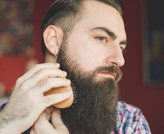 Barba riccia come pettinarla o spazzolarla