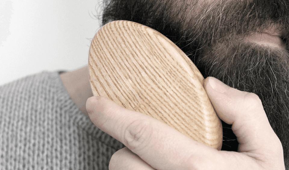 Spazzolare la barba