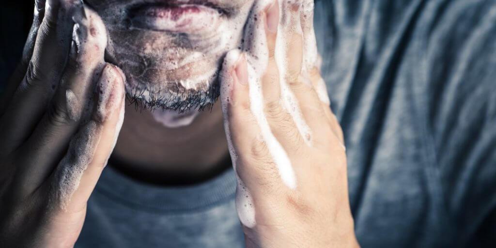 come prendersi cura della barba con forfora
